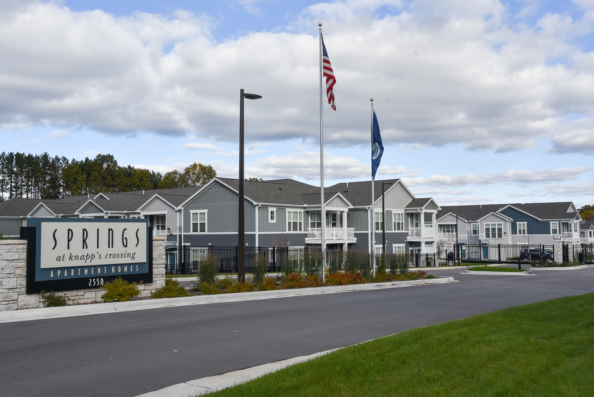 Springs at Knapp's Crossing sign and apartment exteriors